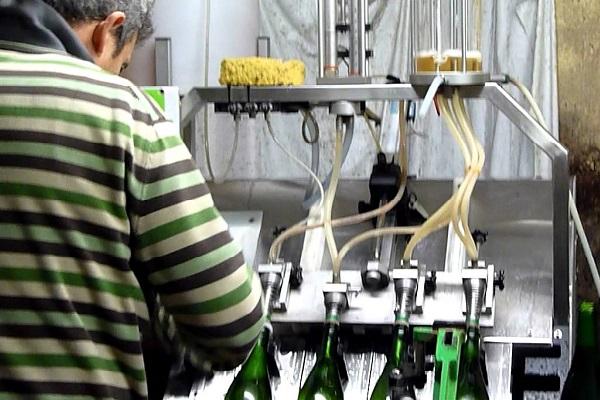 remplissage champagne avec la liqueur d'expédition La Gourmet Box coffret cadeau vin